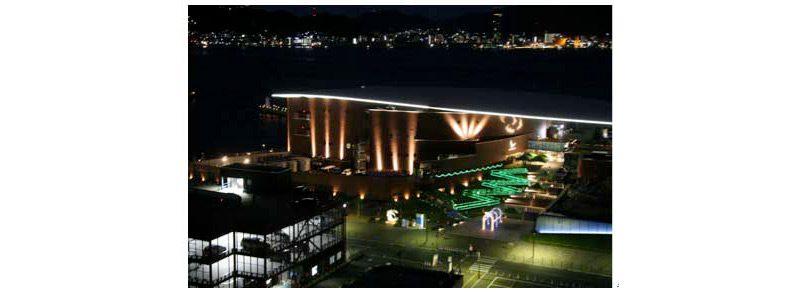 下関市・海響館で恒例イベント「夜の水族館」を開催